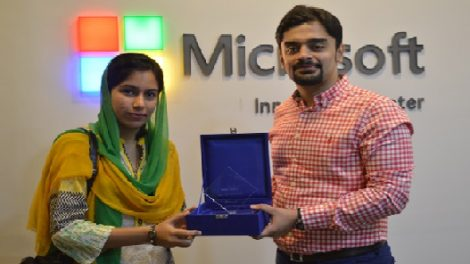 Sarah Ahmad of UET, Lahore receives the Hero Microsoft Student Partner Award
